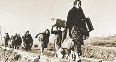 El camino sin retorno. Imagen tomada por el legendario Robert Capa de los españoles que cruzaron a pie, y con lo puesto, la frontera entre España y Francia el invierno de 1939, año del final de la guerra civil española.