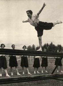 Deporte sí, pero recatado:La Sección Femenina de la Falange de José Antonio, dirigida por su hermana, Pilar Primo de Rivera, llegó a encuadrar, en sus mejores tiempos, a 600.000 mujeres.